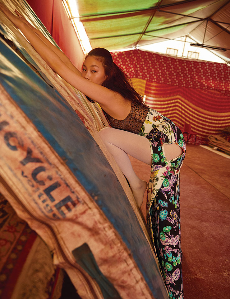 믹스매치가 돋보이는 크리스털 장식의 톱과 슬릿 디테일의 플라워 프린트 롱스커트는 가격 미정, Schiaparelli.