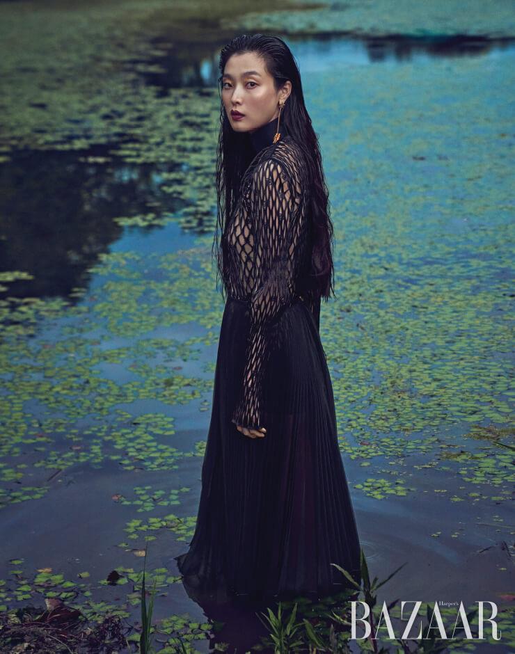 톱, 보디수트, 스커트는 모두 Fendi, 귀고리는 Dior.