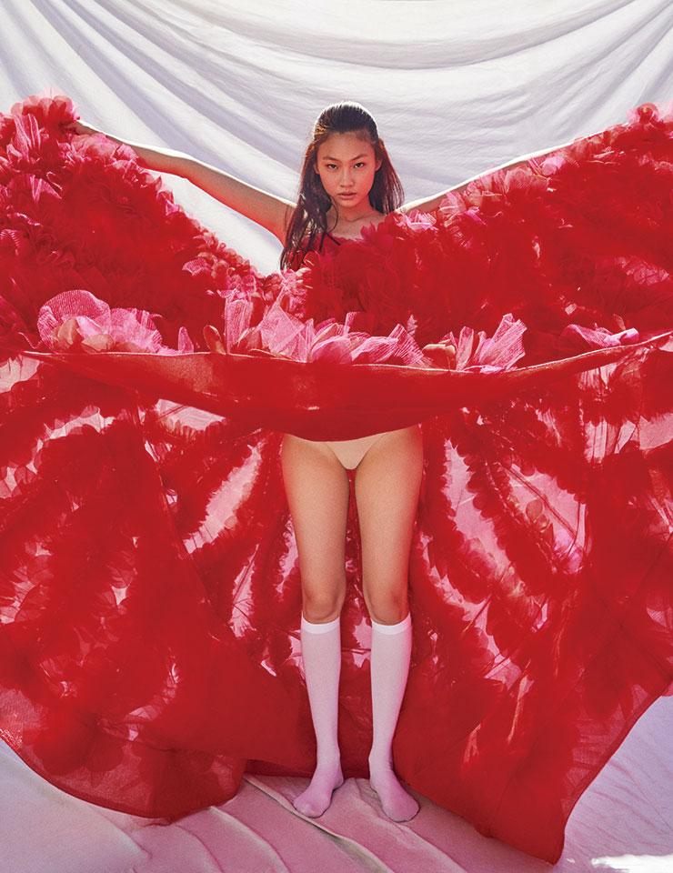 새빨간 장미처럼 매혹적인 시스루 롱 드레스는 가격 미정, Ralph & Russo.