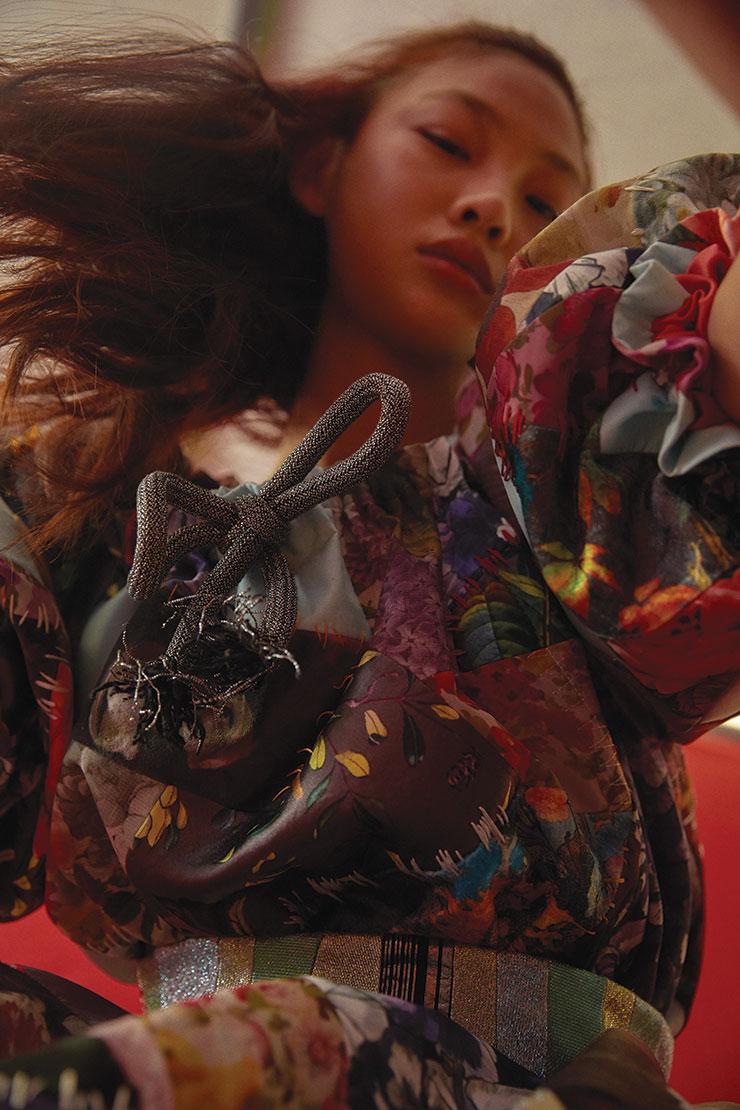 패치워크 기법이 응용된 풍성한 퍼프 소매의 로맨틱 드레스는 가격 미정, Viktor & Rolf.