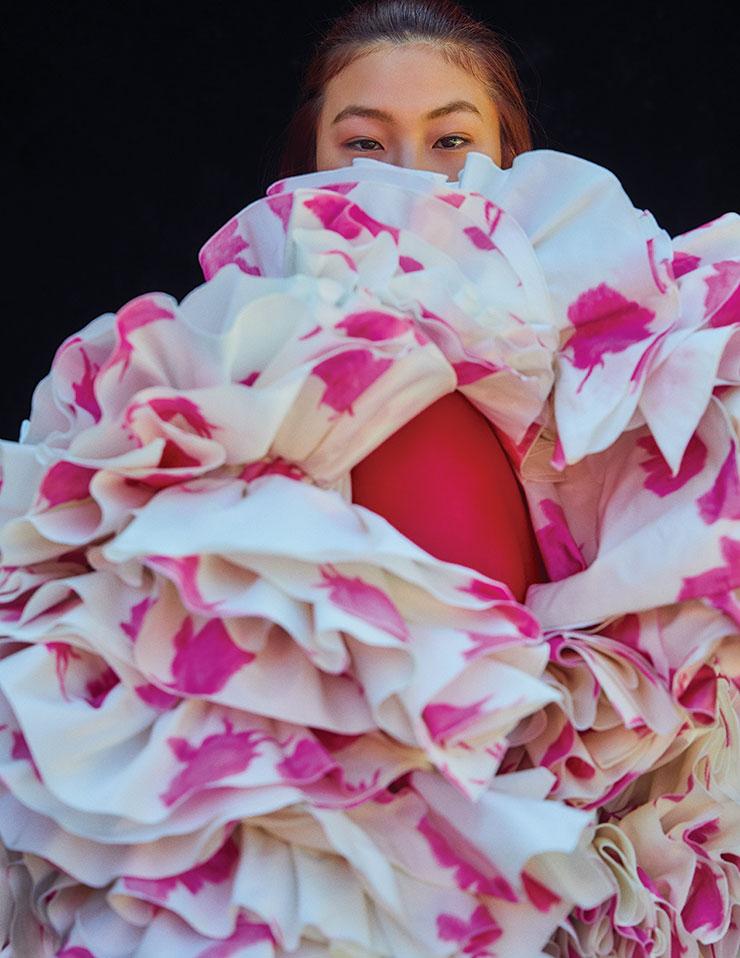 활짝 핀 한 송이 꽃처럼 화려하게 물결치는 러플 드레스는 가격 미정, Giambattista Valli.