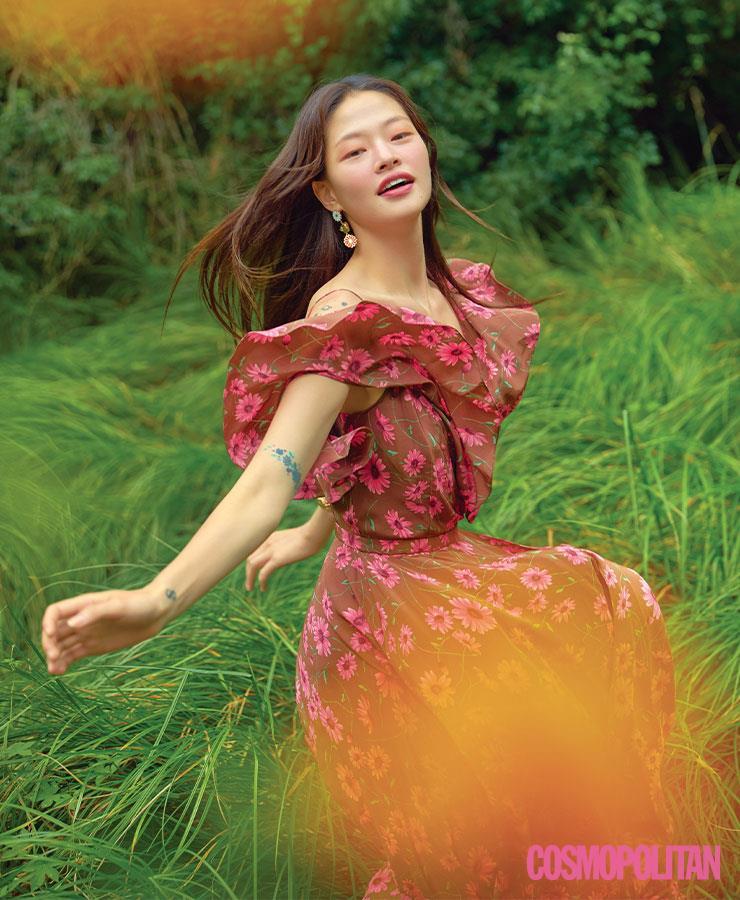 드레스 3백26만원 마이클코어스 컬렉션. 귀고리 9만8천원, 팔찌 42만5천원 모두 드와떼.