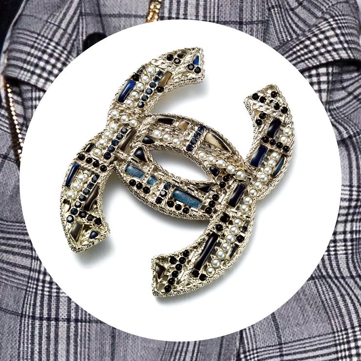 레진과 메탈 소재로 체크 패턴을 구현한 브로치는 가격 미정, Chanel.