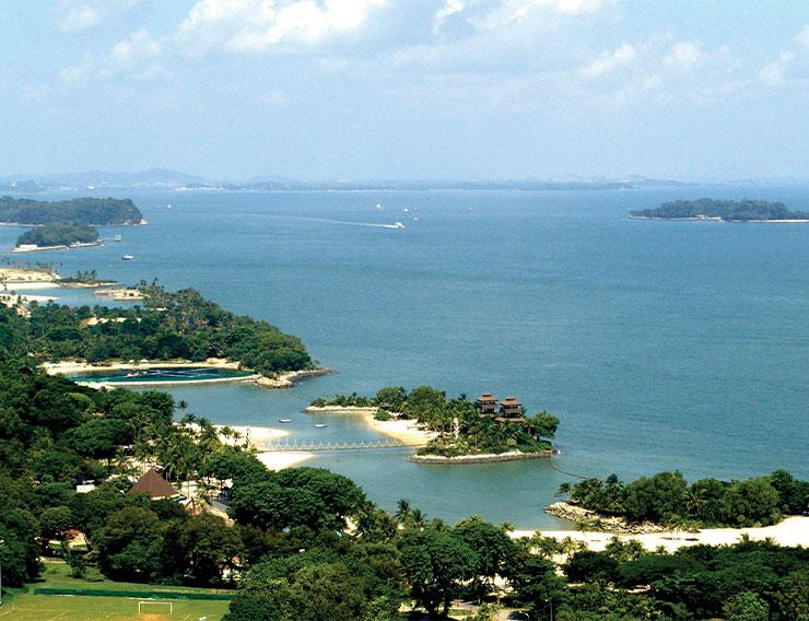시내에서 15분 거리에 있는 평화로운 센토사섬.