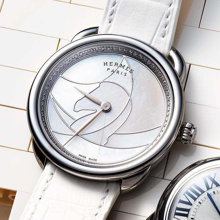 자개 다이얼과 56개의 다이아몬드가 장식된 베젤이 특징인 시계는 1천2백만원대, Hermès.
