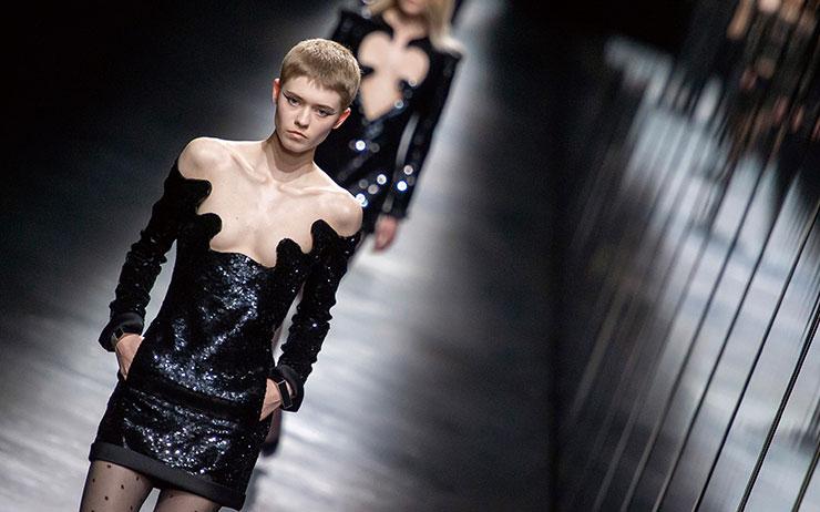 런웨이를 검게 물들인 당당하고 파워풀한 블랙 드레스의 향연.