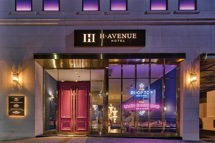 영락없이 그랜드 부다페스트 호텔을 연상시키는 호텔 입구.