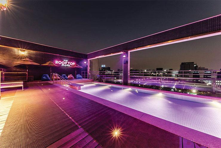루프톱 수영장의 핑크 야경을 보라.