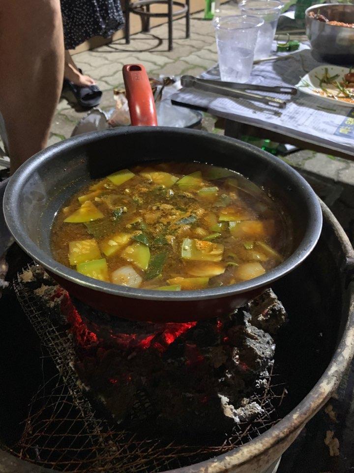 밭에서 따다 만든 호박과 야채로 끓인 된장찌개.