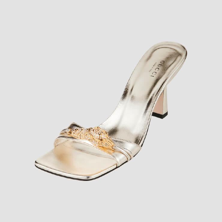 금속 장식을 더한 슬라이드 샌들은 1백27만원 Gucci.