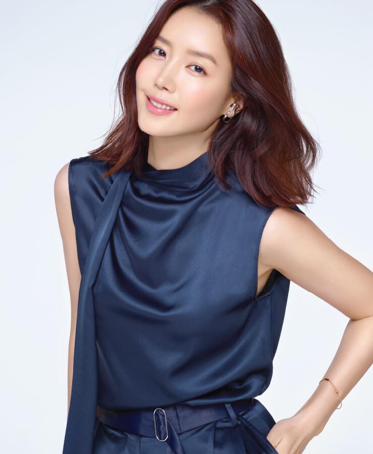 톱, 팬츠는 모두 Moon Choi, 귀걸이는 Recto.