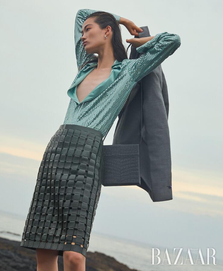 셔츠, 레더 스커트, 재킷, 귀고리, '데이지' 백은 모두 Bottega Veneta.