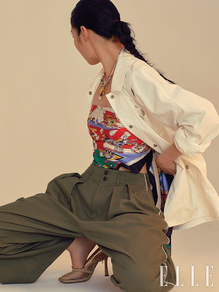 어깨에 컷아웃 장식을 더한 재킷은 27만8천원, Fleamadonna. 톱으로 연출한 이국적인 패턴의 스카프는 가격 미정, Hermès. 와이드 팬츠는 19만9천원, Studio Tomboy. 볼드한 참 장식의 네크리스는 가격 미정, Louis Vuitton. 메시 힐은 가격 미정, Bottega Veneta.