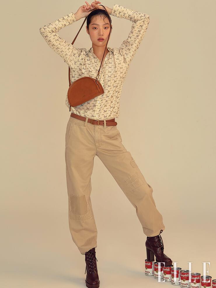 포니 모티프의 블라우스와 치노 팬츠는 가격 미정, 블리커백은 30만원대, 모두 Polo Ralph Lauren. 벨트와 워커는 에디터 소장품.