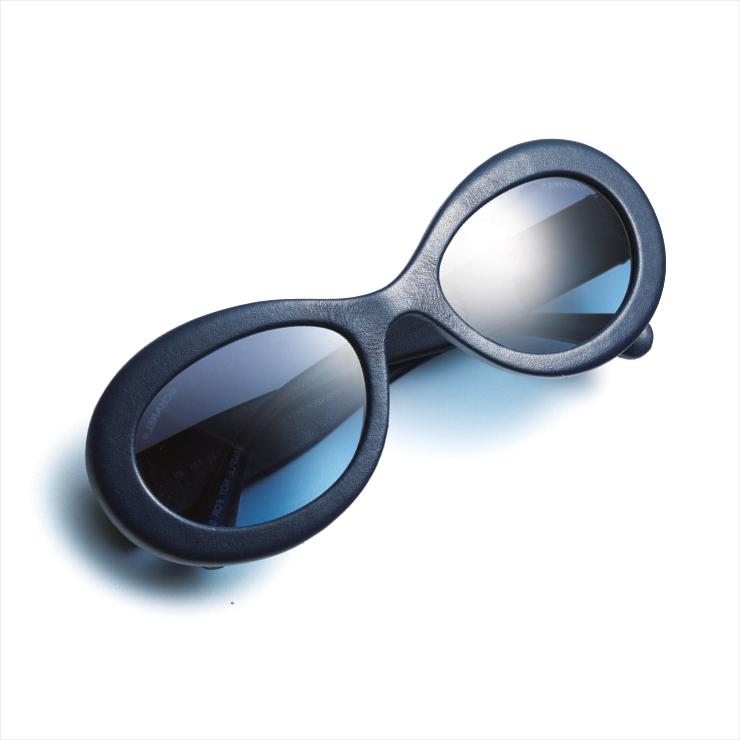 라운드 프레임의 블루 선글라스는 가격 미정, Chanel.