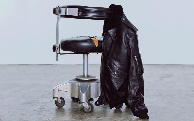 가죽 재킷을 입어야 한다. 무조건 검은색으로.