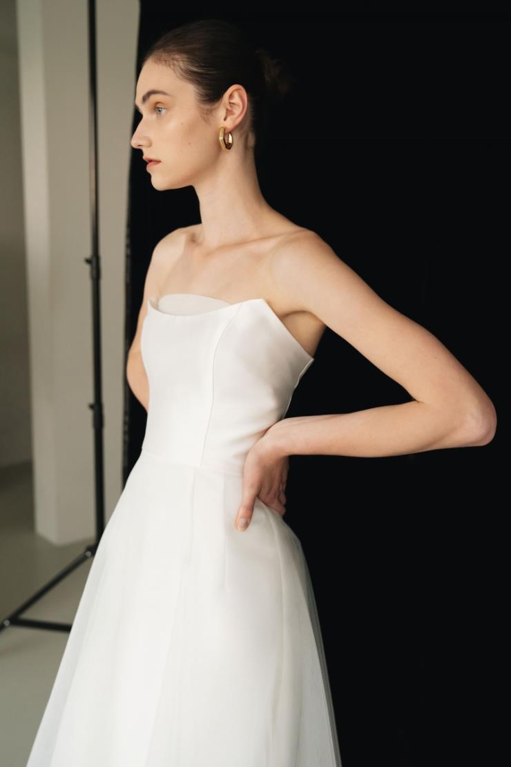 아이보리 컬러의 톱 디자인, H라인 원피스와 A라인 튤이 레이어드 된 '아젠트' 드레스는 67만8천원, Arha.