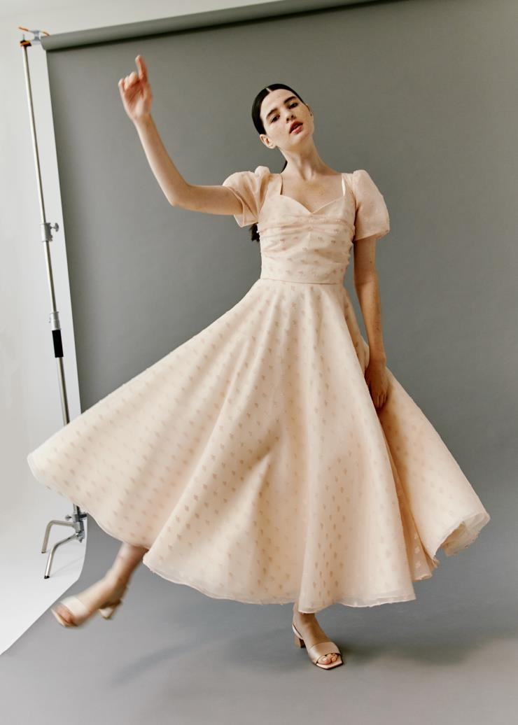 핑크 컬러 퍼프 소매 드레스는 Modeny.