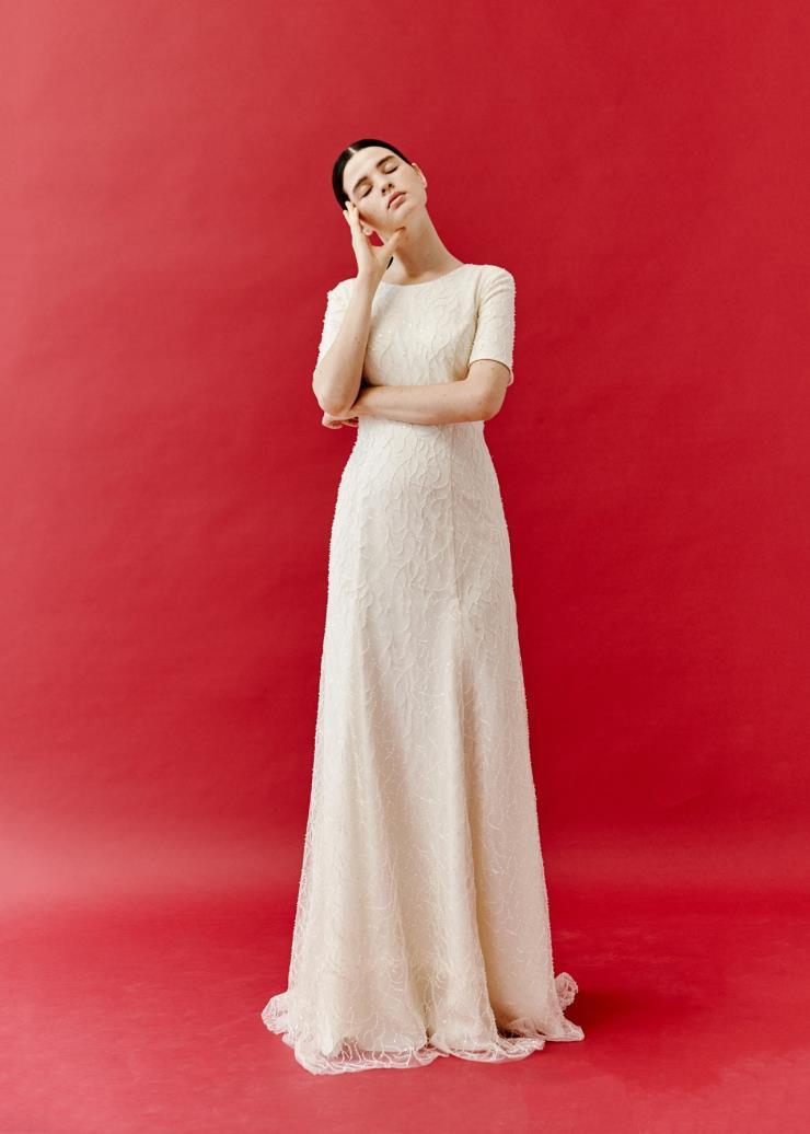 클래식한 디자인의 비즈 드레스는 Modeny.