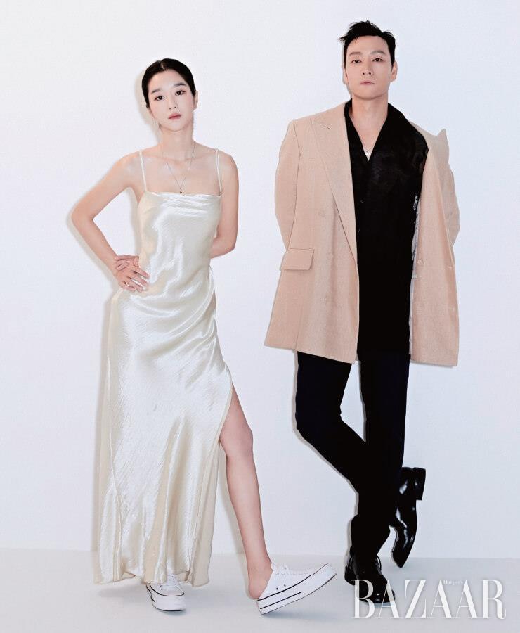 서예지가 착용한 목걸이는 S_s.il. 스니커즈는 Converse. 원피스는 스타일리스트 소장품. 박해수가 입은 재킷은 Kimseoryong Homme. 셔츠, 팬츠, 목걸이는 모두 Fendi. 슈즈는 Prada.