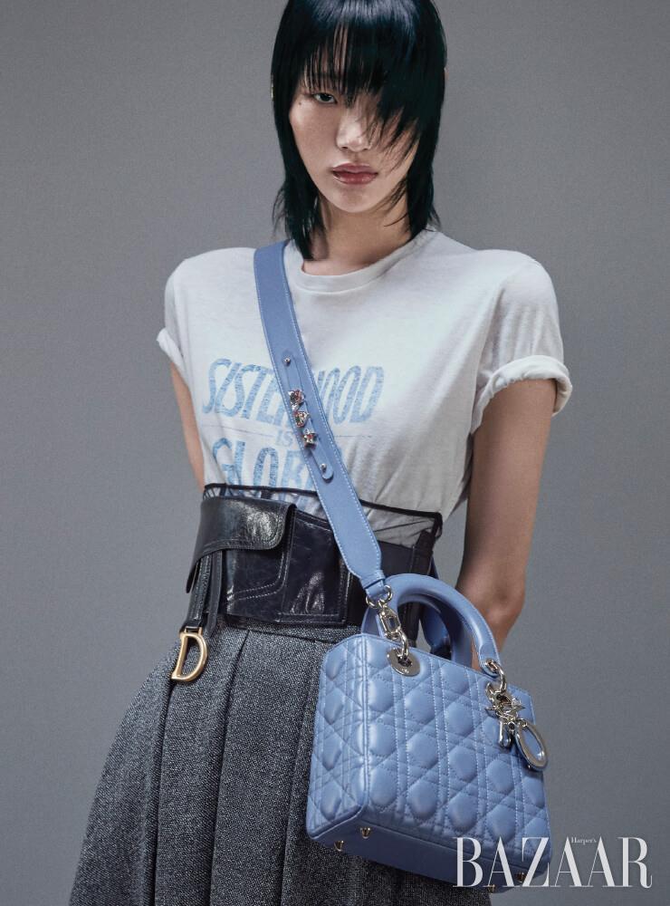 프린트 티셔츠, 자카드 스커트, 새들 벨트, 레이디 디올 미니 백은 모두 Dior.