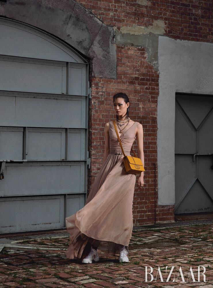 점프수트, 스커트, 테디-D 목걸이, 30 몽테뉴 플랩 백, 양말, 스니커즈는 모두 Dior.