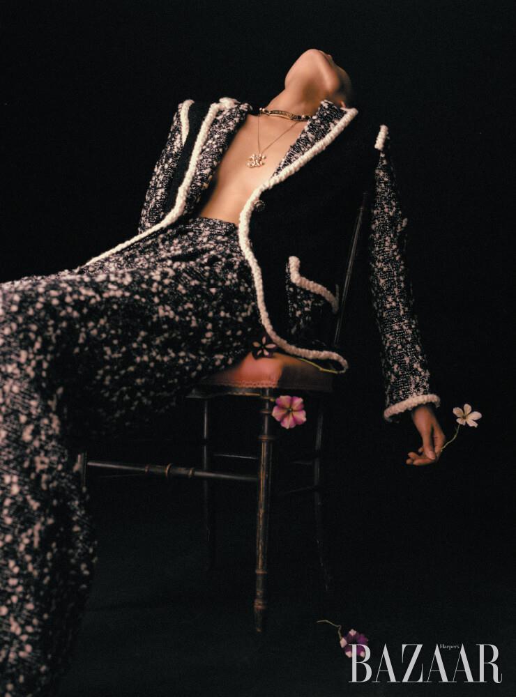 재킷, 팬츠, 초커, 로고 목걸이는 모두 Chanel.
