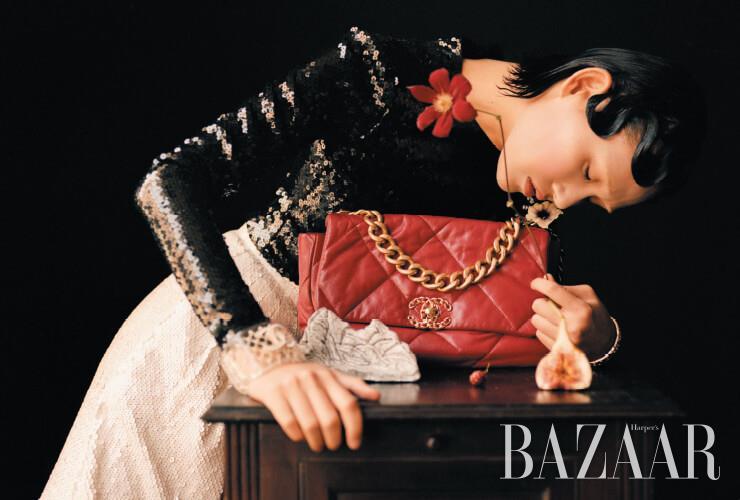 스팽글 톱, 팬츠, 금속 뱅글, 투명 뱅글, '샤넬 19' 백은 모두 Chanel. 탁자에 놓인 인센스 홀더는 자연(紫煙, Eastmoke)의 작품.