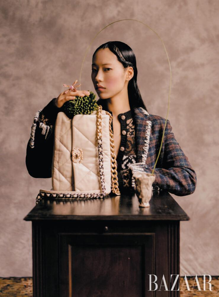 재킷, 노르딕 니트 원피스, '샤넬 19' 백은 모두 Chanel. 탁자에 놓인 컵은 자연(紫煙, Eastmoke)의 작품.