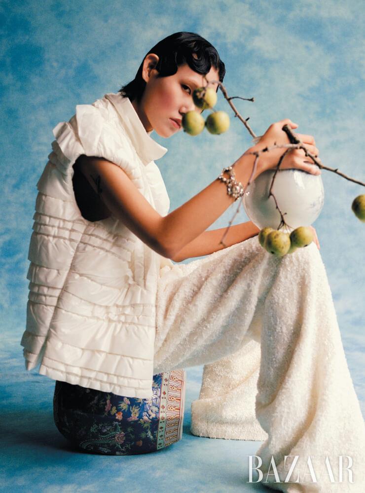 패딩 조끼, 팬츠, 팔찌는 모두 Chanel. 오른 쪽 페이지: 케이프, 러플 셔츠, 레더 팬츠, 부츠는 모두 Chanel.