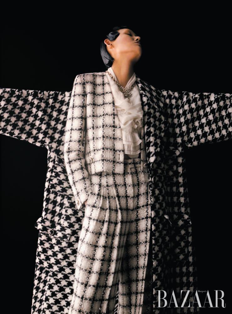 하운드투스 코트, 재킷, 톱, 팬츠, 눈꽃 모티프 목걸이는 모두 Chanel.