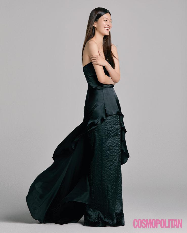 드레스 4백90만원 제이백 쿠튀르. 팔찌 32만원 더파크지. 반지 33만원 타니 by 미네타니.
