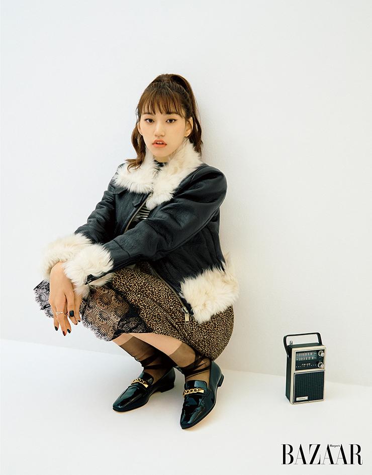 이너로 레이어드한 슬립 드레스와 스트라이프 스웨터, 에이비에이터 재킷과 갤러웨이 로퍼 모두 MICHAEL Kors.