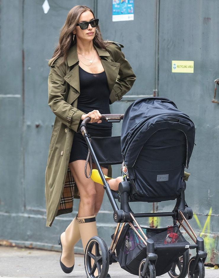 최근 브래들리 쿠퍼와 헤어진 이리나 샤크는 딸 리아 쿠퍼를 데리고 나들이하는 모습이 자주 포착됐다. 블랙 미니드레스에 트렌치코트를 걸친 룩은 육감적인 그녀의 몸매와 당당한 모습을 돋보이게 한다.