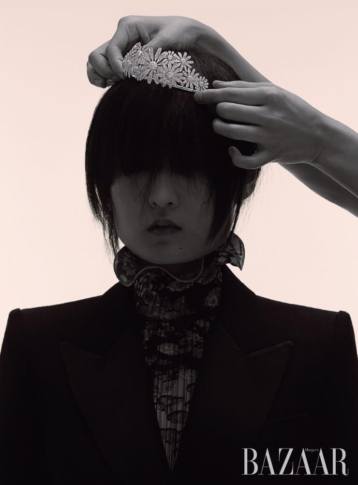 화이트 골드에 다이아몬드가 세팅된 '카모마일' 티아라는 Lucie. 턱시도 재킷, 플리츠 드레스는 모두 Givenchy.