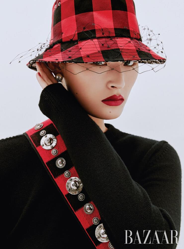 니트 톱은 Celine by Hedi Slimane. 버킷 햇, 진주 귀고리, 가방 스트랩은 모두 Dior.