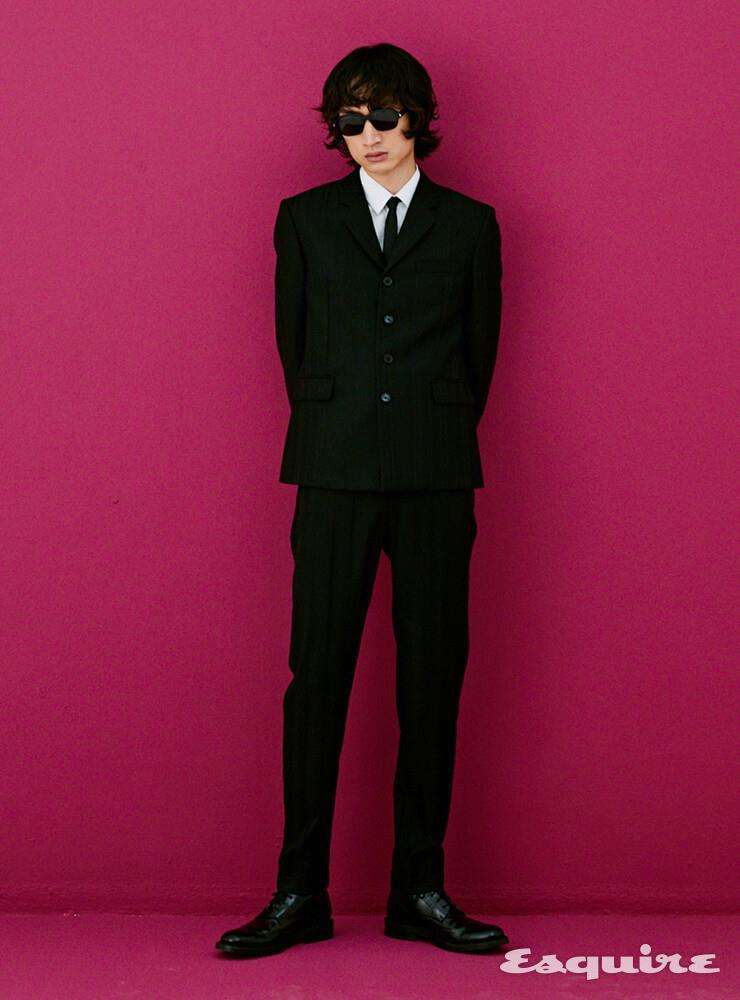 재킷, 셔츠, 팬츠, 레이스업 부츠, 타이, 선글라스 모두 가격 미정 생 로랑 by 안토니 바카렐로.