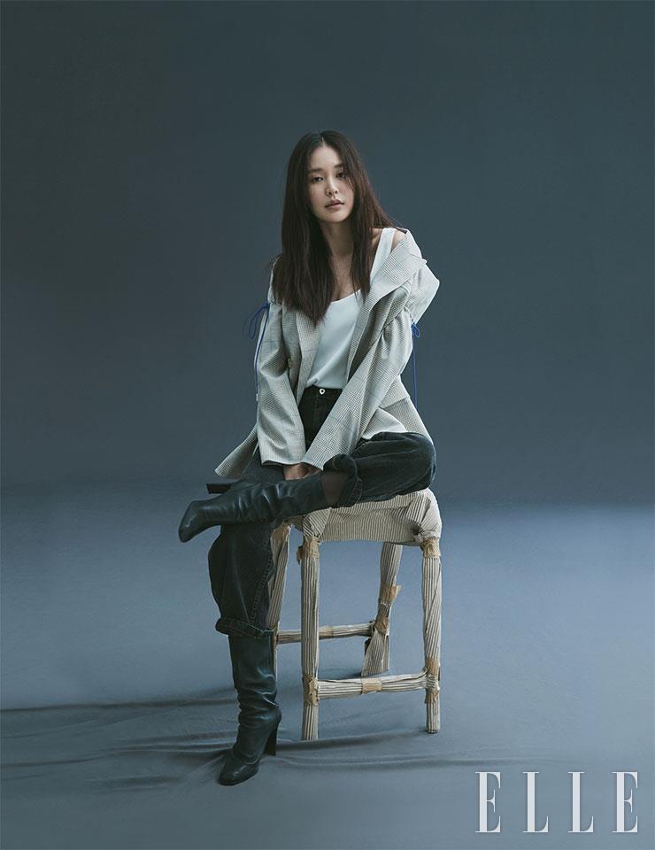 글렌 체크 재킷은 Nina Ricci. 블랙 팬츠는 Polar Skate Co. 화이트 톱은 스타일리스트 소장품. 슈즈는 EENK. 이어링은 Thomas Sabo.