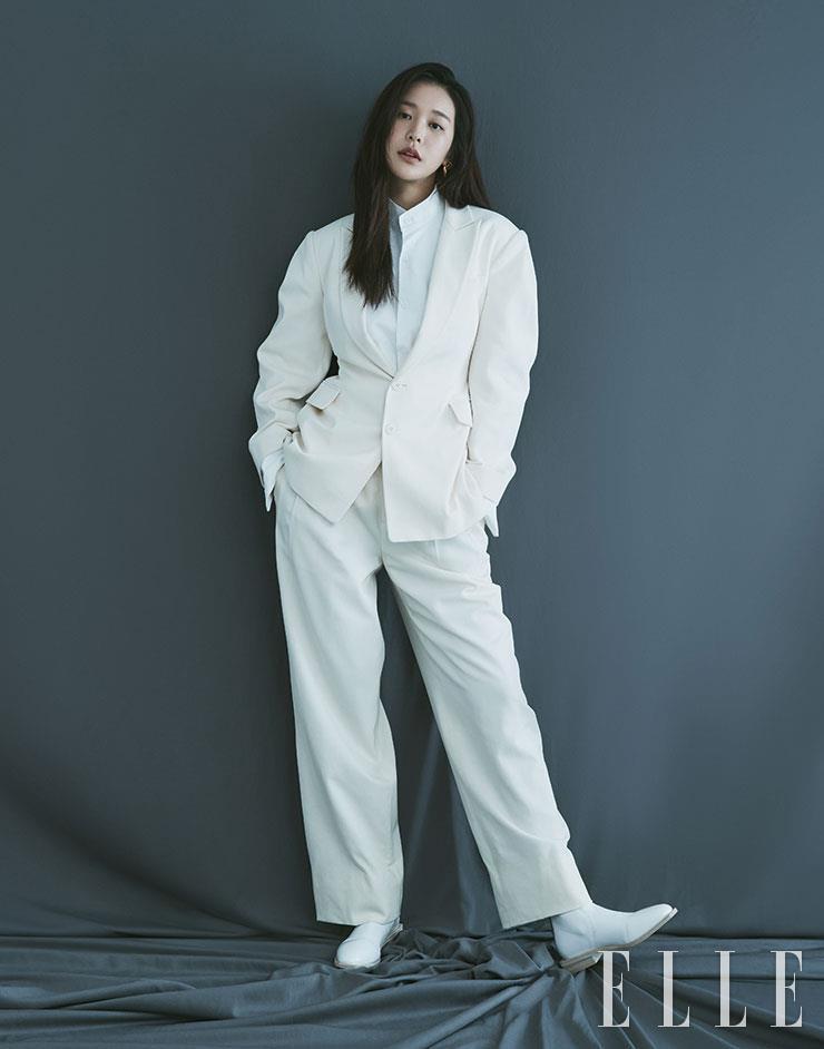 화이트 재킷은 Daejoongso. 셔츠와 팬츠는 모두 Polo Ralph Lauren. 슈즈는 Fendi. 이어링은 Goiu.