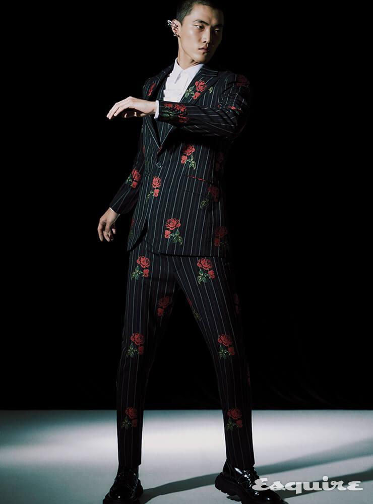 재킷, 셔츠, 베스트, 팬츠, 부츠, 이어 커프 모두 가격 미정 알렉산더 맥퀸.