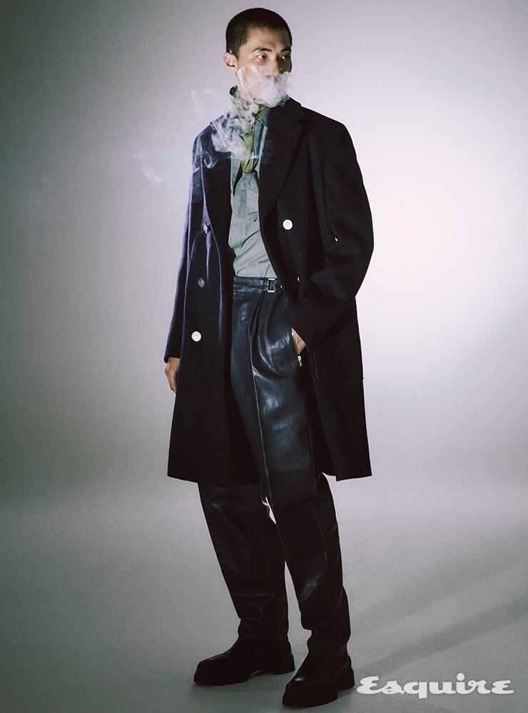 코트, 터틀넥 니트 톱, 셔츠, 팬츠, 부츠 모두 가격 미정 에르메스.