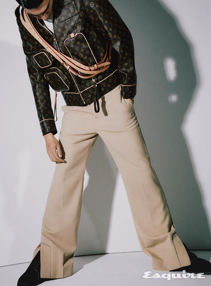 재킷, 티셔츠, 팬츠, 스니커즈 모두 가격 미정 루이비통.