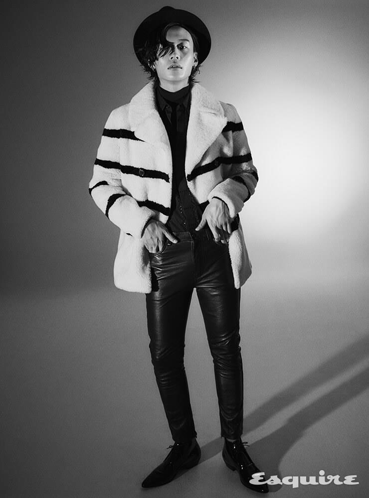 퍼 코트, 터틀넥 니트 톱, 셔츠, 팬츠, 부츠 모두 가격 미정 생 로랑 by 안토니 바카렐로.