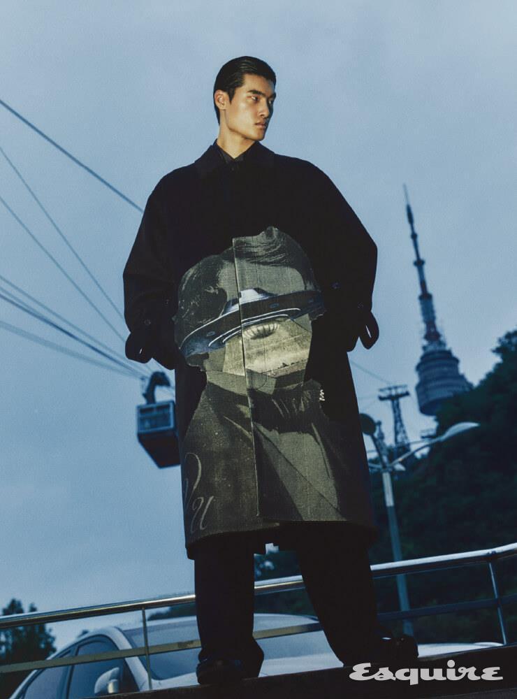 코트, 셔츠, 팬츠 모두 가격 미정 발렌티노-언더커버. 샌들 58만원 발렌티노-버켄스탁. 양말 가격 미정 발렌티노 가라바니.