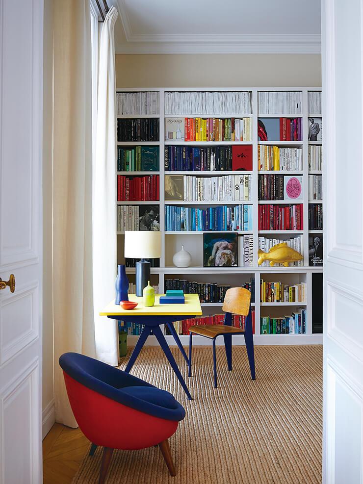 '스탠더드' 체어와 'EM' 테이블은 모두 장 푸르베 디자인으로 비트라 제품. 램프는 20세기 프랑스 도예가 조르주 주브 작품이며, 키가 낮은 '외프' 체어는 장 루아예르가 디자인한 빈티지 제품이다.