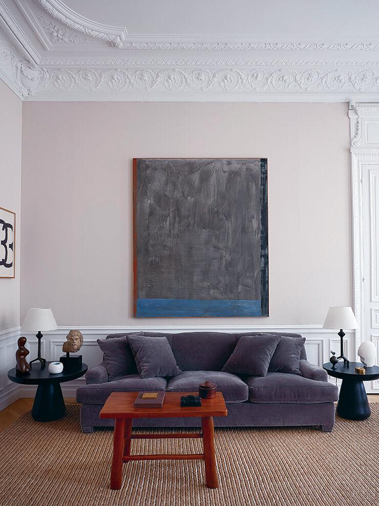 장-미셸 프랑크의 빈티지 소파가 놓인 거실. 벽에 걸린 미술품은 독일 작가 귄터 푀르크의 작품이다.