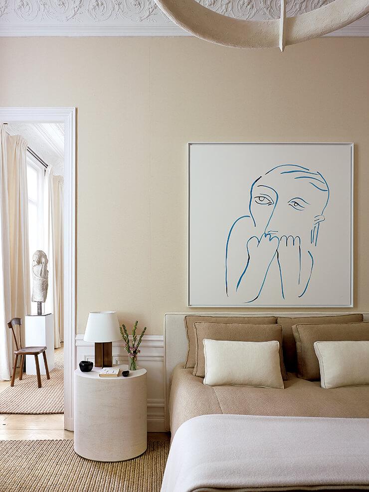 필리프 앙토니오즈(Philippe Anthonioz)의 'L001' 펜던트 조명과 프랑세스코 발자노의 스톤 소재 사이드 테이블이 침실의 뉴트럴한 분위기와 잘 어울린다. 장 루아예르의 '앰배서더' 체어 뒤에 놓인 플로어 램프는 세르주 무이 제품. 침대 위에 걸린 드로잉은 프랑스 아티스트 카미유 앙로(Camille Henrot)의 작품이다.