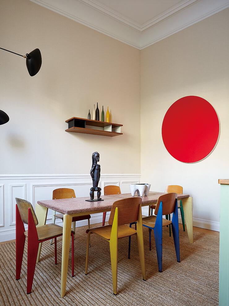 다이닝 룸에 자리한 '스탠더드' 체어와 '그라니토' 테이블은 모두 장 푸르베가 디자인한 것으로 비트라 제품. 벽면의 원형 미술품은 스위스 화가 올리비에 모세(Olivier Mosset)의 작품이다.