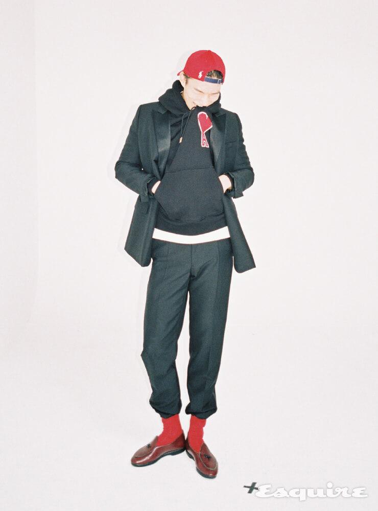 재킷, 팬츠 모두 가격 미정 디올 맨. 후디 가격 미정 아미. 티셔츠 가격 미정 크롬하츠. 로퍼 56만9000원 벨지안 슈즈 by 유니페어. 캡 6만원대 폴로 랄프 로렌. 양말 에디터 소장품.