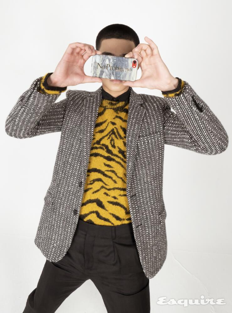 재킷, 스웨터, 셔츠, 팬츠 모두 가격 미정 생 로랑 by 안토니 바카렐로.